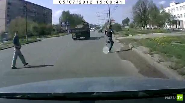 Бегущий пешеход чуть не угодил под колеса...