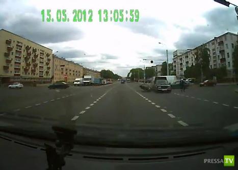 Неудачно развернулся и сбил мотоцикл... ДТП в Минске