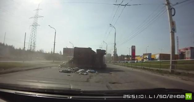 Мусоровоз занесло на повороте так, что лег на бок... в Петрозаводске