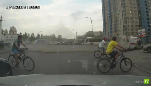 Бешеная Скорая почти пришибла велосипедиста... в Питере