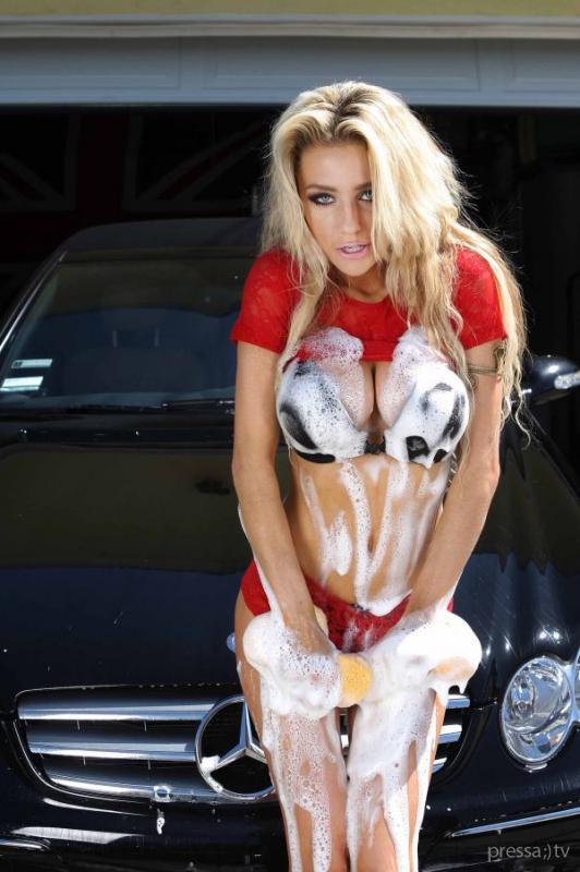 Кортни Стодден на автомойке (9 фото)
