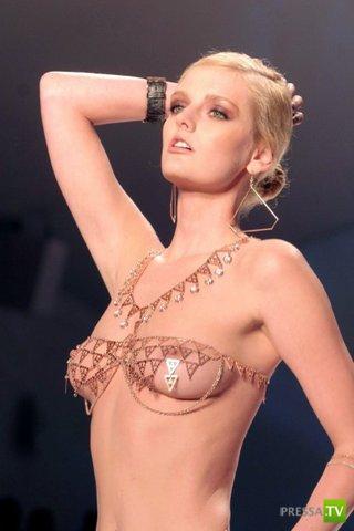 Золотое бикини с бриллиантами (6 фото)