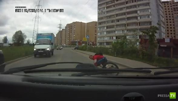 Пьяный велосипедист упал на проезжую часть...