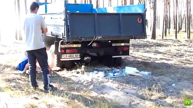 Хотели выбросить мусор в лесу и застряли...