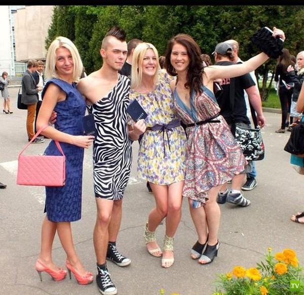 На выпускной в Минске в костюме зебры (4 фото)