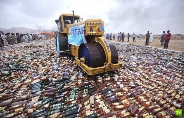 В Пакистане уничтожили элитный алкоголь... (4 фото)