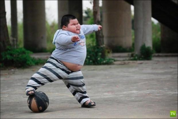 Мальчик из Китая в 3 года весит 60 кг (12 фото)