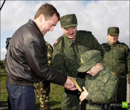 Семилетний сын Президента Белоруссии постоянно ходит с пистолетом (5 фото)
