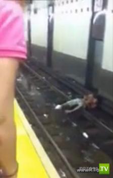 В Нью-Йоркском метро человек упал на рельсы и погиб...