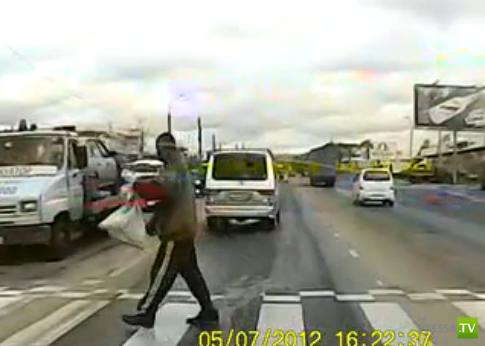 Невнимательный пешеход бодает автобус...