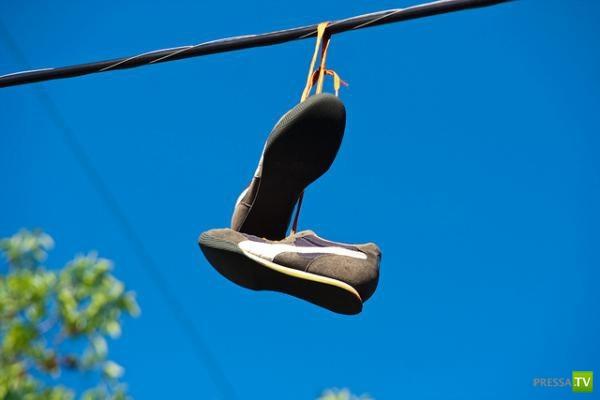 Откуда обувь на линии электропередач? (4 фото)