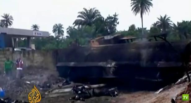 Бензовоз ушел в кювет, перевернулся и взорвался... Смертельное ДТП в Нигерии. Жесть!!!