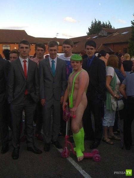 Британский школьник перещеголял всех... пришел на Выпускной в купальнике Бората (5 фото)