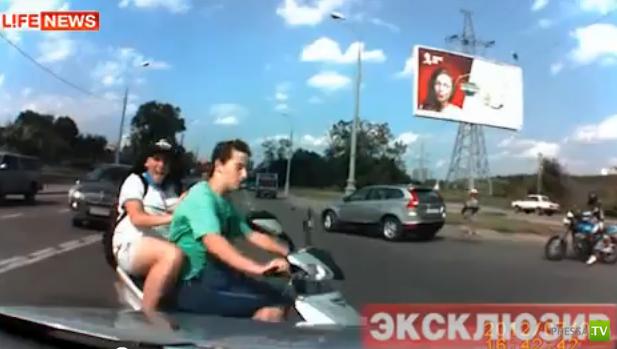 Школьники на мопеде подрезали «Черри Тиго» и упали под колеса... ДТП в Москве