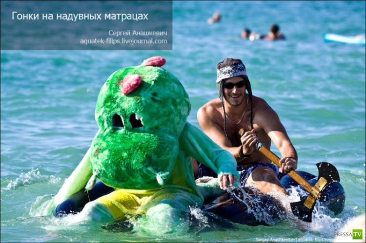 В Севастополе состоялись гонки на надувных матрасах (30 фото)