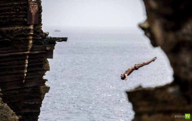 Рискованный прыжок со скалы (7 фото)
