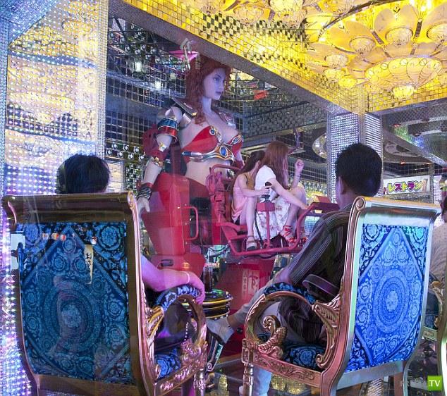 В японском ресторане танцуют роботы (11 фото)