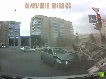 От удара машина перевернулась... ДТП в Усть-Каменогорске. Жесть!!!