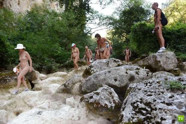 Натуристический отдых французских туристов (11 фото)