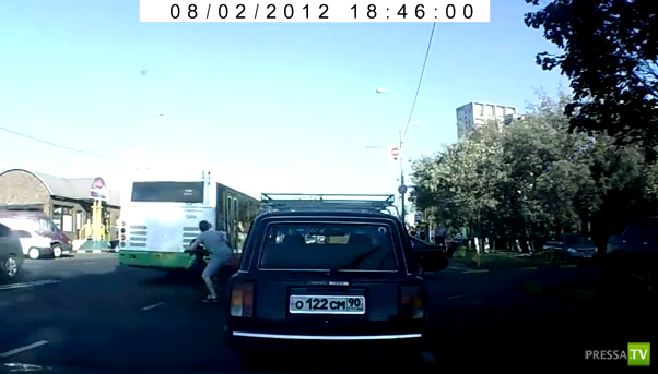 Мотоциклист врезался в автобус и удрал... ДТП на станции метро Печатники, Москва