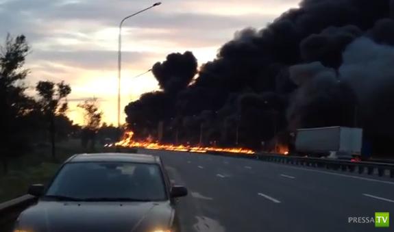 Перевернулся и загорелся бензовоз на Пулковском шоссе, Питер