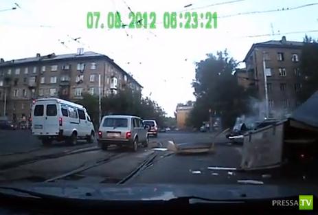 Страшное ДТП в Новосибирске!!! Ниссан сильно торопился, грузовик дорогу не уступил... Жесть!!!