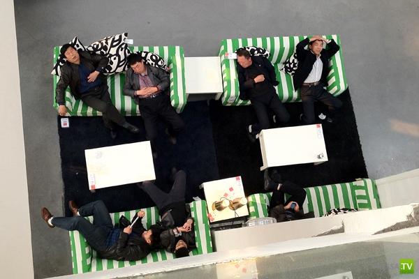 Китайцы приходят в IKEA поспать... (12 фото)