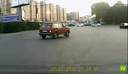 Неадекватный мопедист столкнулся с автомобилем на Транспортной площади в Томске