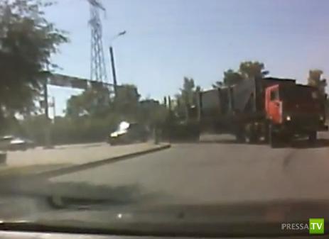 КАМАЗ смял легковушку на повороте... ДТП в Усть-Каменогорске