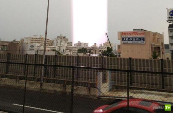 Необычные световые столбы в Японии (3 фото)