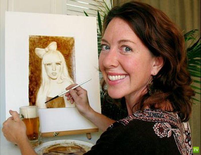 Она рисует пивом (10 фото)