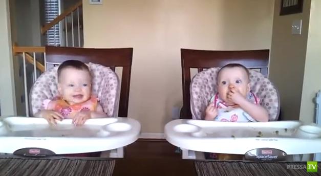 Очаровательные девочки-близняшки танцуют под гитару (видео)