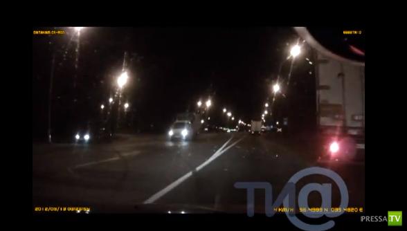 Фура «Вольво» с полуприцепом врезалась в автомобили на железнодорожном переезде... в Твери