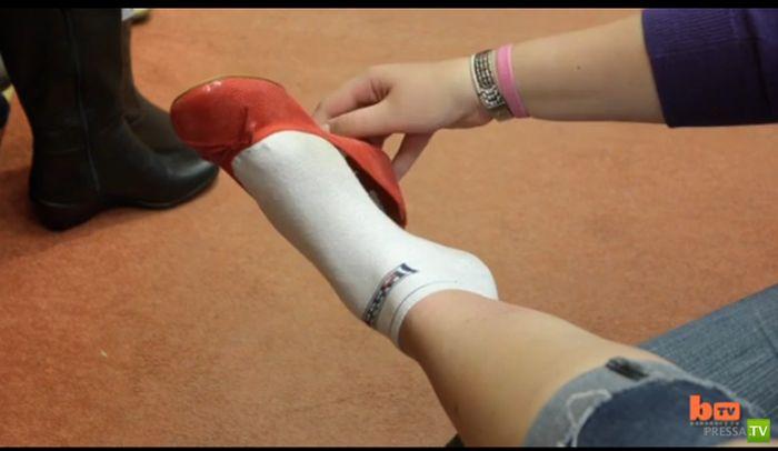 У Эммы Кэйхилл 48-й размер ноги (13 фото)