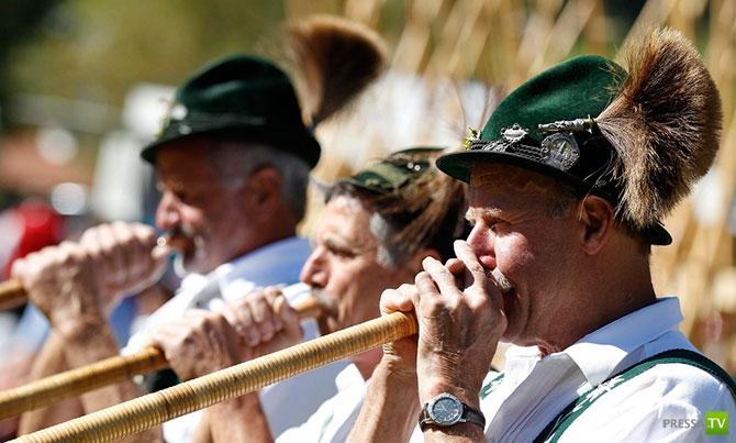 В Австрии прошел ежегодный фестиваль альпийских рогов ( Alphorn Festival) (10 фото)