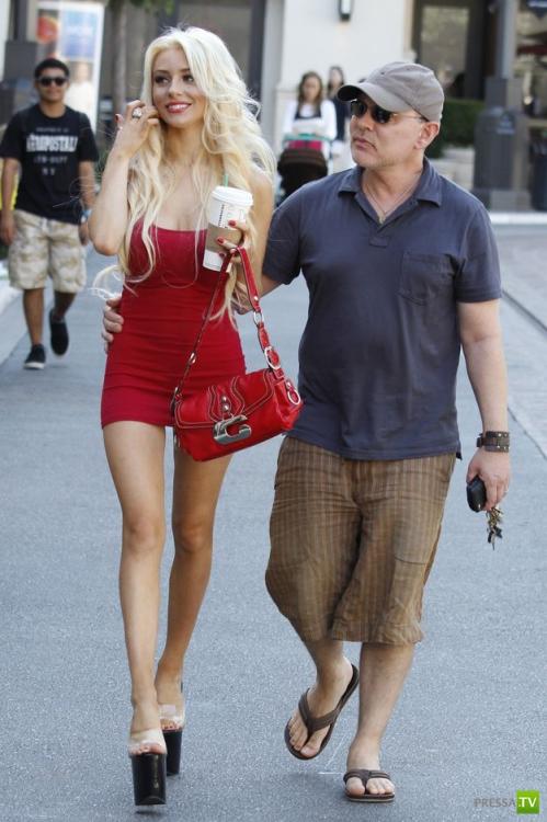 52-летний Дуг Хатчисон со своей новой женой (6 фото)