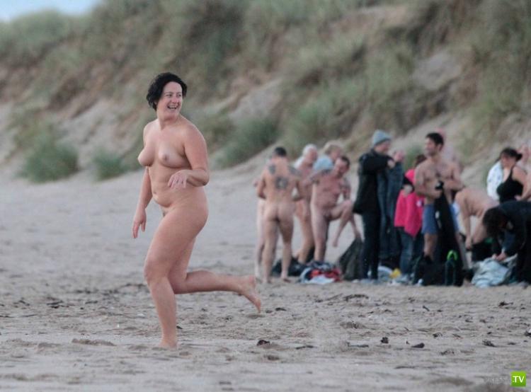 Нудисты в Британии попытались побить мировой рекорд (21 фото)