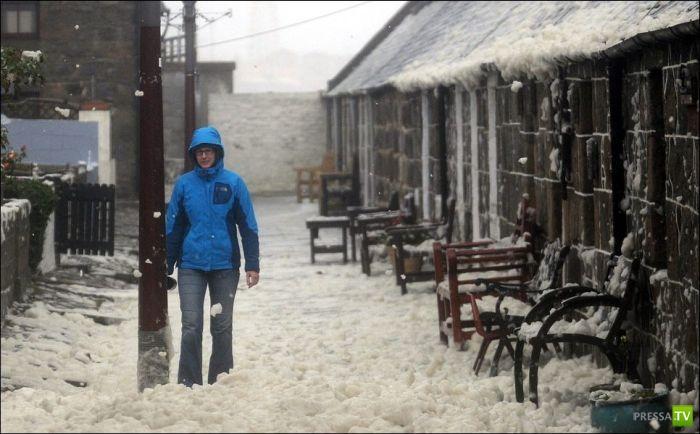 В шотландской деревне все покрылось пеной (7 фото)