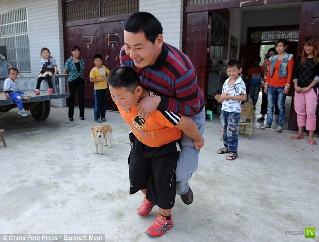 Необыкновенно сильный семилетний мальчик Yn Jinlong (6 фото)