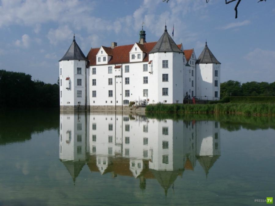 Самые красивые замки на воде (19 фото)