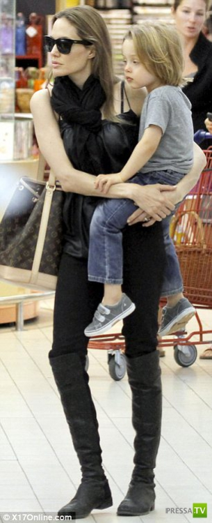 Анжелина Джоли с детьми во Франции (21 фото)
