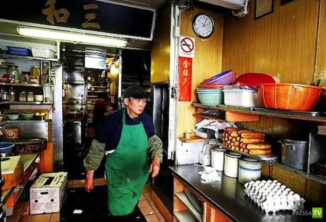 Китаец-официант стал знаменитым, благодаря своему невыносимому характеру (2 фото)