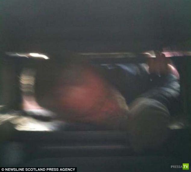 52-летний Тэм засунул голову в мусорную урну (5 фото)