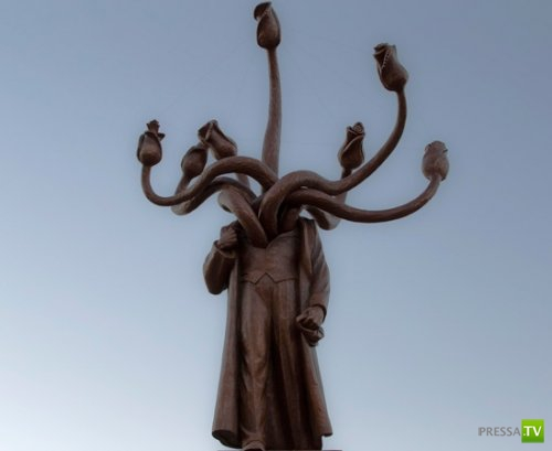 Странный памятник (2 фото)