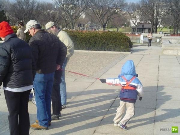 Дети на поводках и невменяемые родители (35 фото)