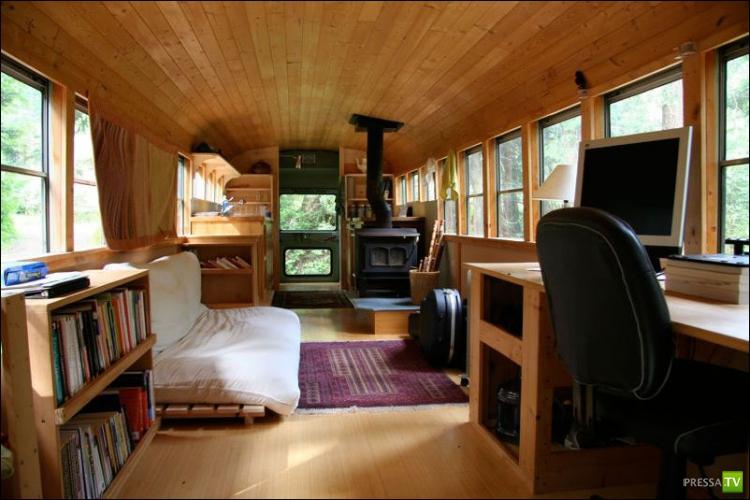 Самодельный дом на колесах из старого школьного автобуса (8 фото)