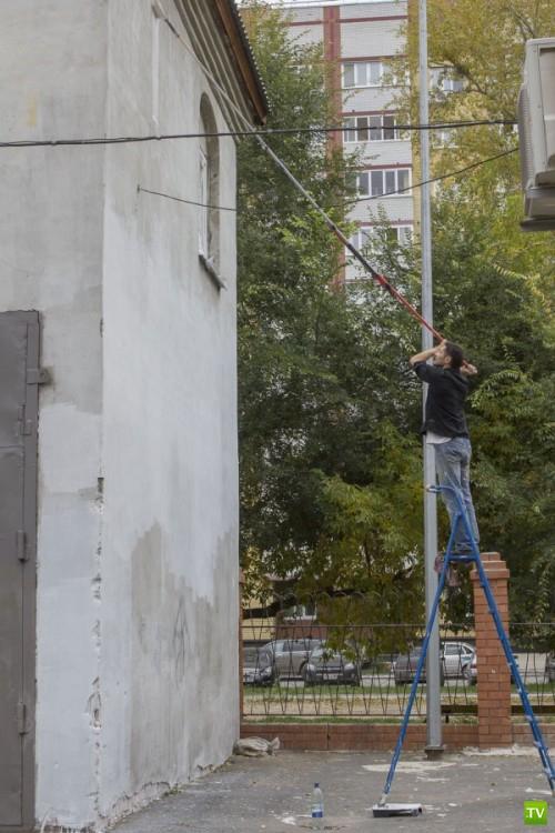 Арт-группа «Цвет города» раскрасила серое здание в тюменском школьном дворе (7 фото)
