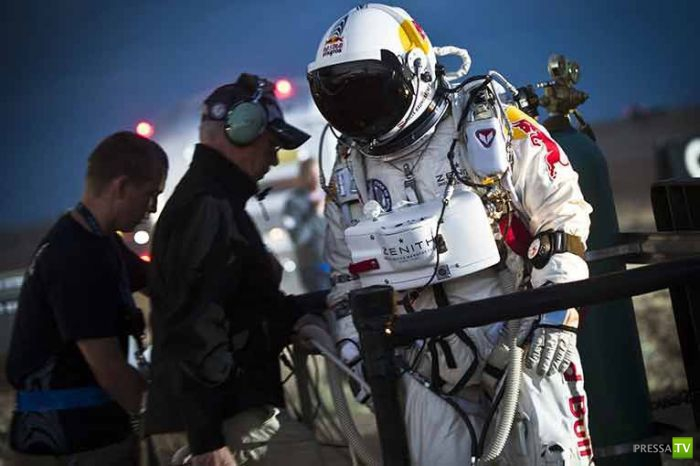 Австрийский экстримал Феликс Баумгартнер совершил свой исторический прыжок из стратосферы (44 фото)