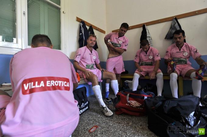 Греческие футболисты подписали спонсорский контракт с борделями (7 фото)