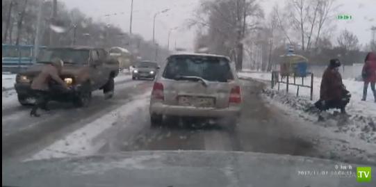 Пикап в гололед не смог остановиться и сбил девушку... ДТП в Новокузнецке